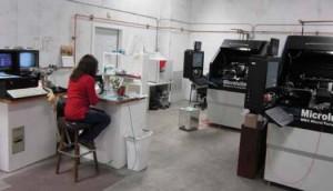Les deux MR-4 sur le segment sec de l'atelier sont principalement employées pour usiner des capsules en plastique intégrées dans un DM.